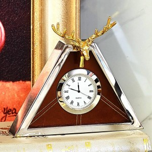 Modern high-end clock European living room metal triangle creative table clock shell deer clock pendulum table new products