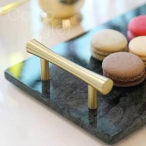 Plateau de service InsFashion en marbre avec rectangle supérieur et poignée pour un décor de boulangerie français exclusif