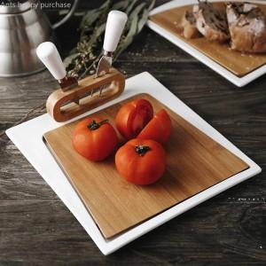 Cerámica con cuchillo y tenedor. Plato de bistec. Comida occidental. Fruta cortada. Tablero para pizzas. Pizza.