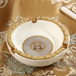 Cenicero de porcelana con diseño de caballos de dios de porcelana marfil con contorno en forma redonda de oro pequeño cenicero cenicero para regalo de inauguración de la casa