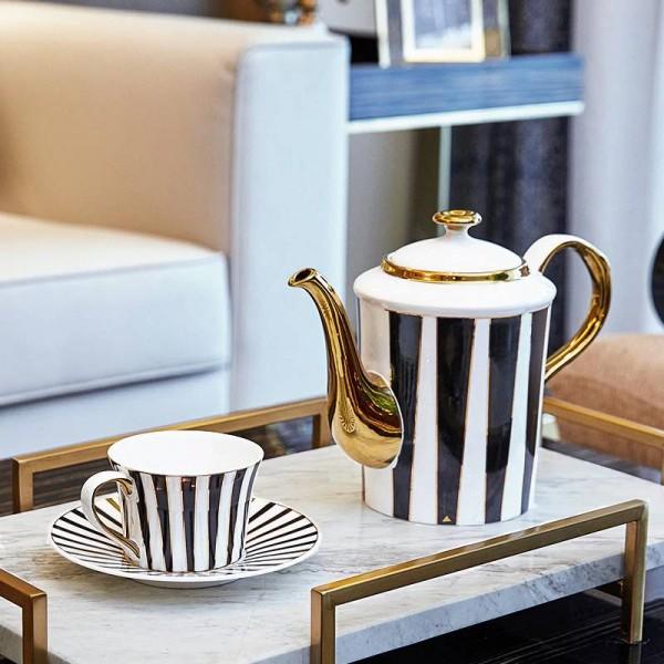 Einfache europäische Kaffeetasse gesetztes vorbildliches gesetztes Hauptluxusgeschenk des Raumes