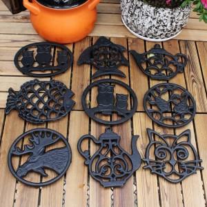 鋳鉄動物の羽毛布団 - キッチンカウンターやダイニングテーブルのヴィンテージ、素朴な職人のデザイン - ホットパッドのための装飾的な羽毛布団