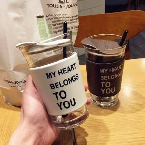クリエイティブトレンドメガネ男性と女性学生のふた付きカップカップルシンプルな朝食ミルクコーヒーカップ