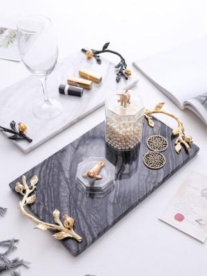 Vassoio da cucina in marmo bianco di alta classe InsFashion con manico in oro per la casa in stile reale e l'arredamento del ristorante a cinque stelle